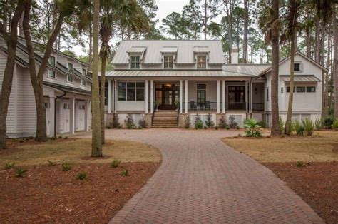Modern meets traditional in this inviting Lowcountry river