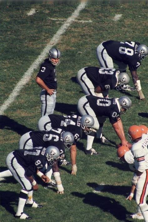 Raiders prepare to run a play against the Bengals